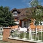 Szolnok-Szandaszőlősön, vállalkozásra is alkalmas, 2 szintes, 154 m2-es családi ház, plusz 190 m2-es műhellyel eladó.